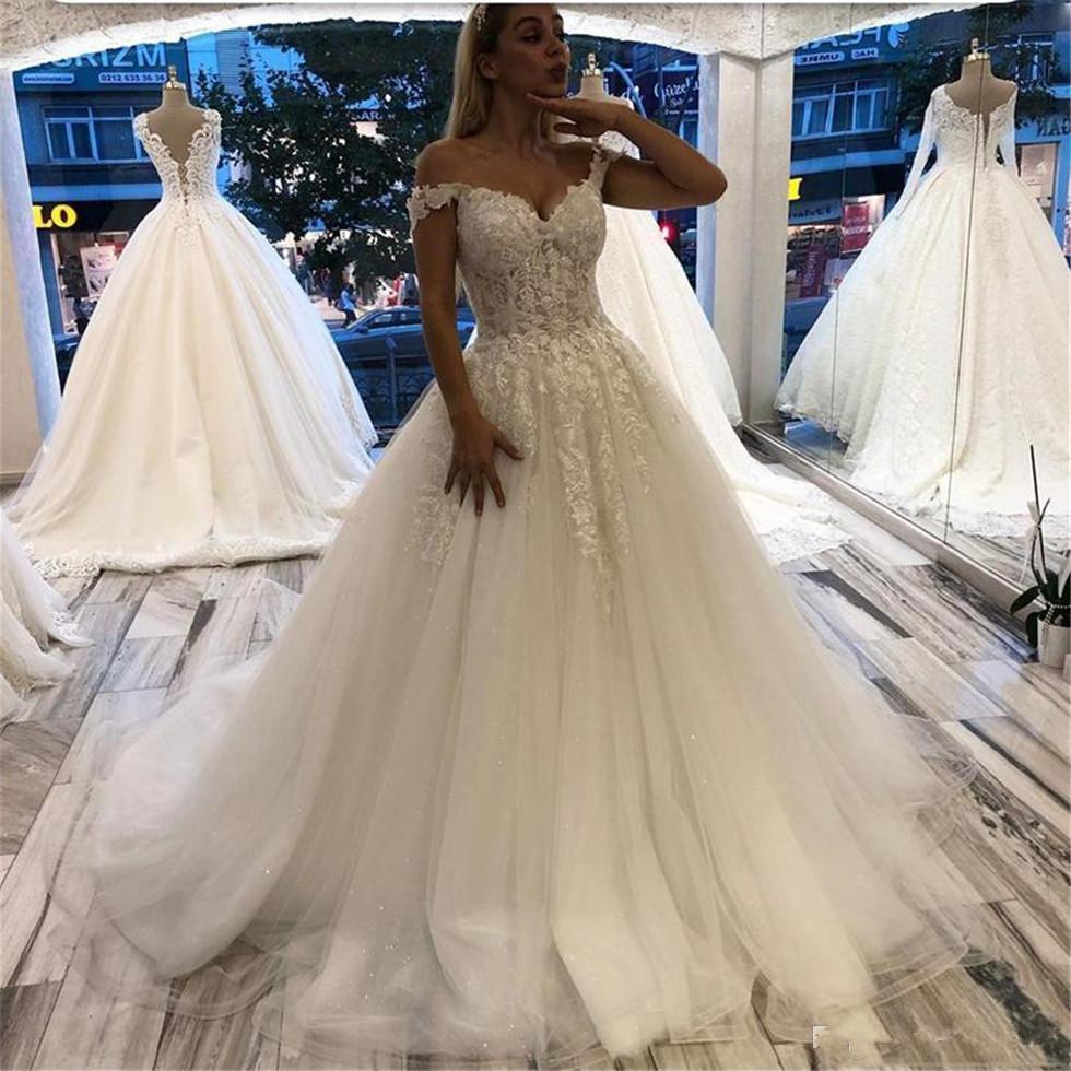 New 2020 weg von dem Schulter-Spitze Appliques Brautkleider mit kurzen Ärmeln Dubai Arabisch Tüll-Schleife-Zug einer Linie Hochzeits-Brautkleider