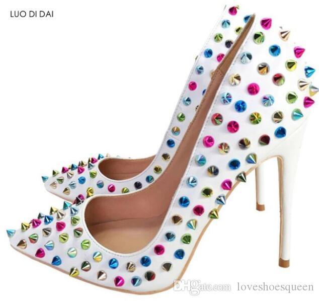 2019 mujeres atractivas spike stud bombas zapatos de boda multicolor remaches stud bombas punta estrecha tacones altos zapatos de vestir stilettos blancos