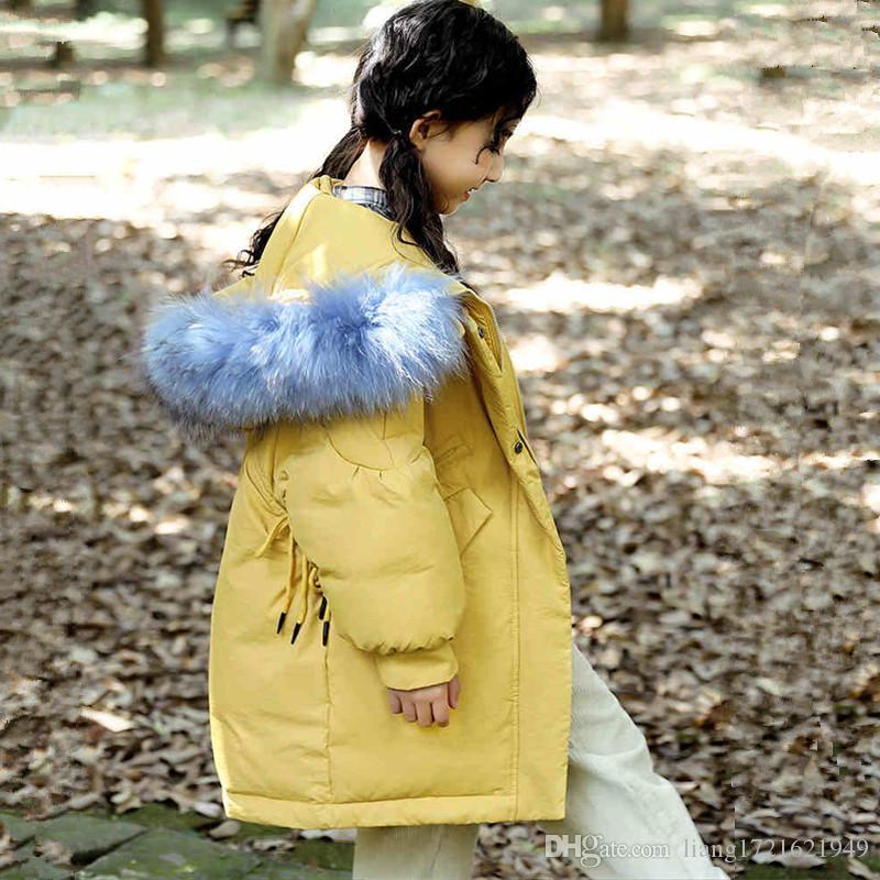 Großhandelsmädchen im langen Abschnitt der Daunenjacke der Modekinder