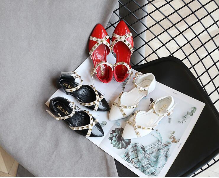 sandalias de verano 2020 de las nuevas muchachas coreanas suaves zapatos de la princesa de los niños remachadas inferiores niña es todo-en torno a los zapatos Baotou