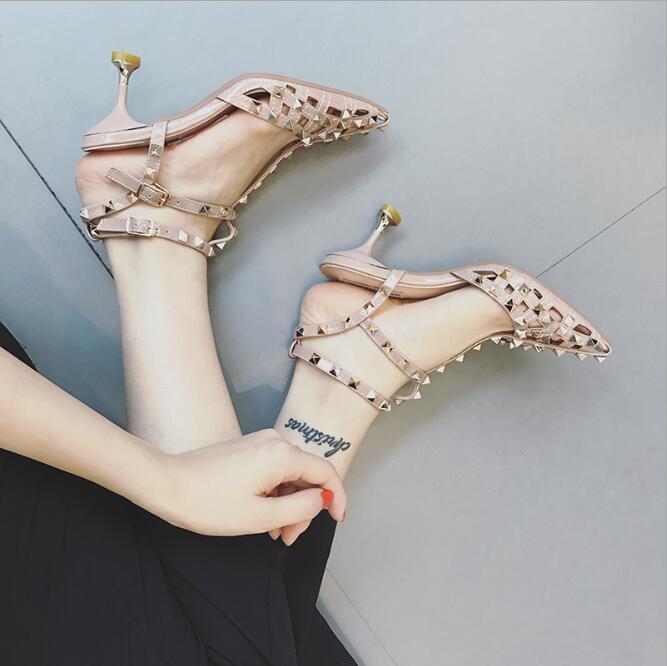 8 Novas sandálias Baotou verão feminino Verão Roman rebite fina com uma palavra com palhaço coreana do salto alto t