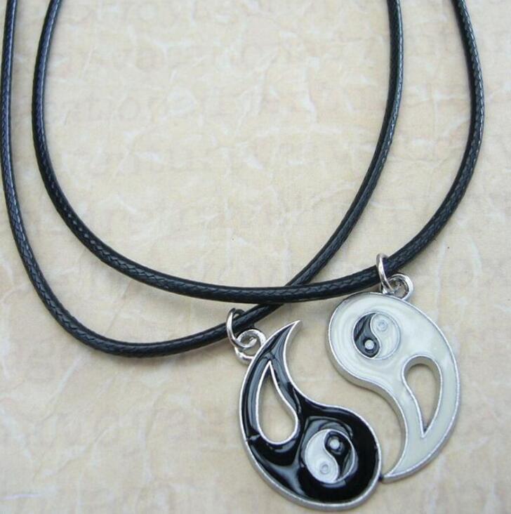 Encantos 20pcs esmalte Yin Yang Tai Chi Colar Pingente Choker Melhores amigos Casais Branco Preto Emparelhados colares Para Homens Mulheres Moda Jóias