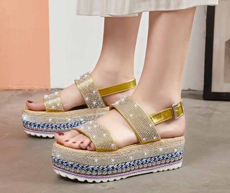 Женские сандалии ретро 2020 лето новый горный хрусталь соломы пряжкой сдобы толстым дном женщин обувь с открытым носком сандалии