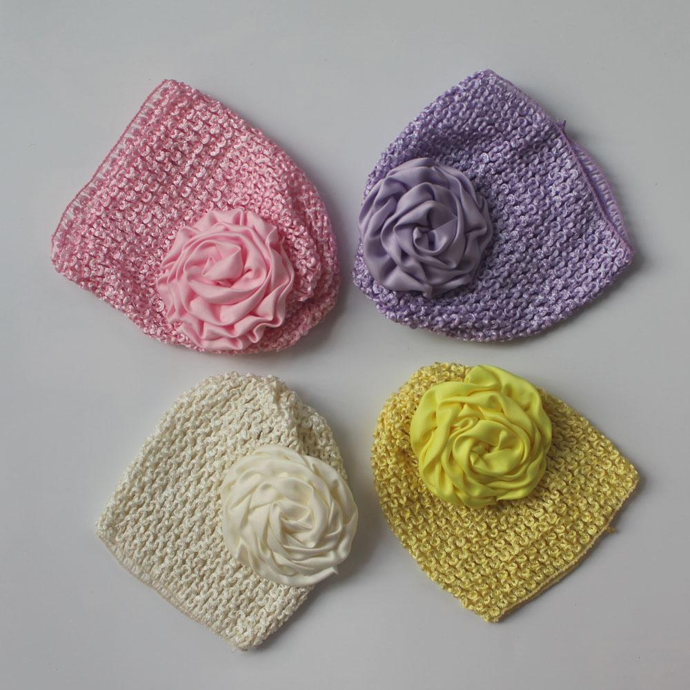 50pcs chapeau crochet élastique tricot avec 8cm roulé fleur en tissu satin pour les fournitures de cheveux bébé filles