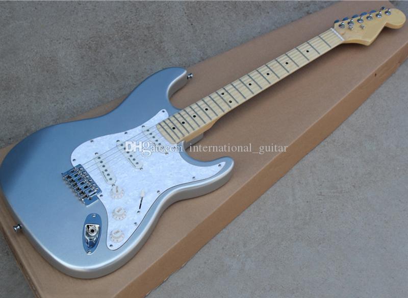 Fábrica de plata al por mayor de la guitarra eléctrica con SSS Pastillas, diapasón de arce, blanco / blanco perlado golpeador, se puede personalizar como Solicitud
