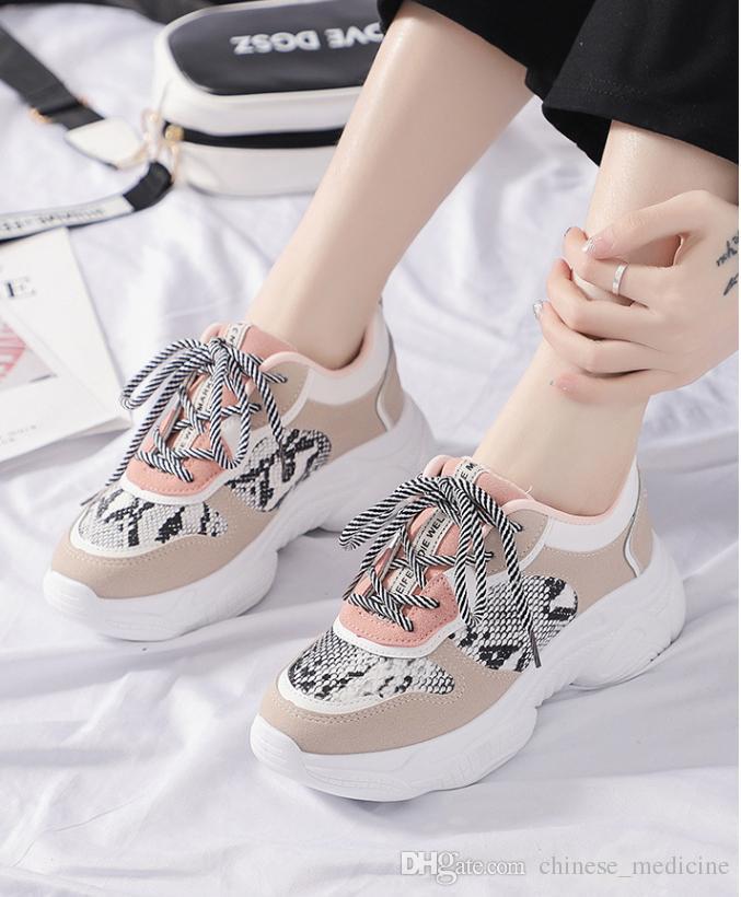 La versione femminile coreana delle scarpe da ginnastica del serpente femminile di corrispondenza di colore ha abbinato le scarpe casuali femminili di stile di Harajuku