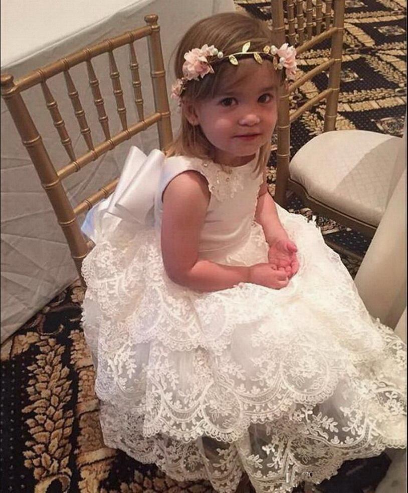 Biçimsel Güzel Prenses ile Big Bow Katmanlı Dantel Çiçek Kız Elbise Çocuk Custom Made Sevimli Kız doğum günü partisi Önlük V-Geri Giyer