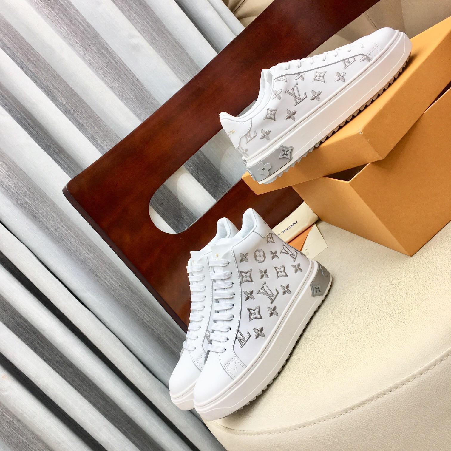 Mode Frauen Schuhe 2020 neue silberne Turnschuhe der Frauen scasual Schuhe Plattform beiläufige flache Schuhe der Frauen mit Kasten Verschiffen