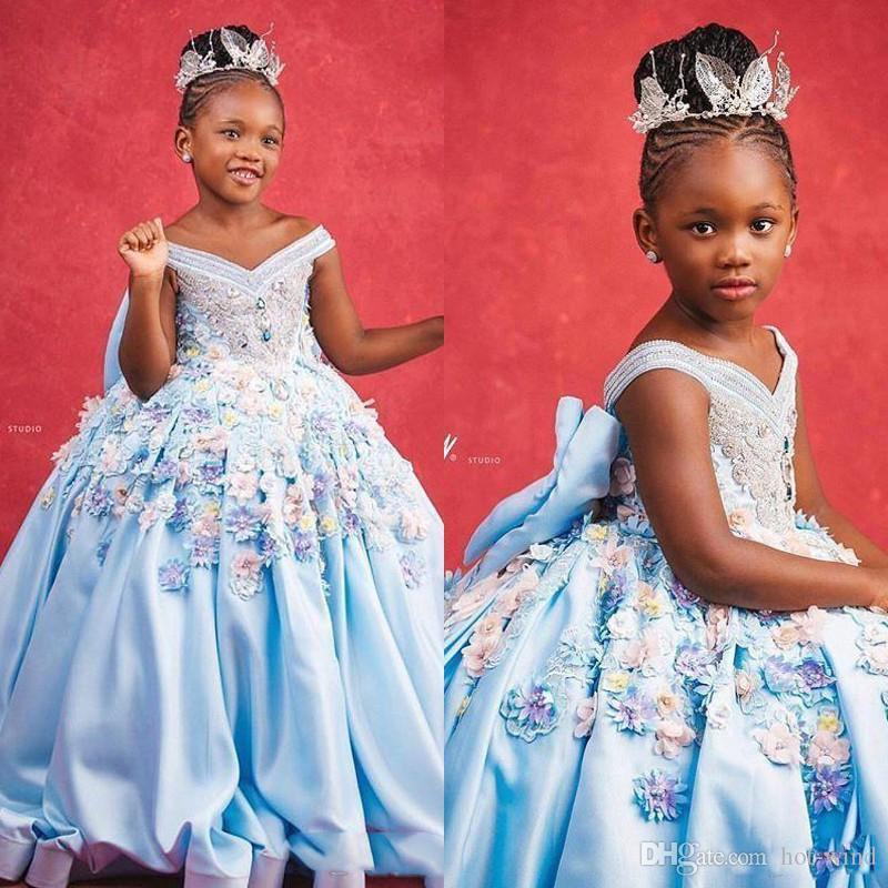 Elegante Off the Shoulder luz azul As meninas Pageant Vestidos ocasião especial para casamentos até o chão 3D Floral Applique Comunhão Wear