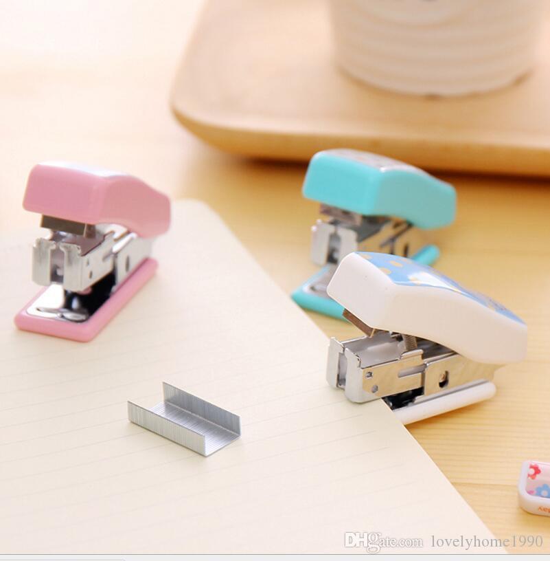 مصغرة دباسة kawaii السوبر ميني الصغيرة دباسة ستابلز مجموعة مكتب اللوازم المدرسية القرطاسية ملزمة لون عشوائي