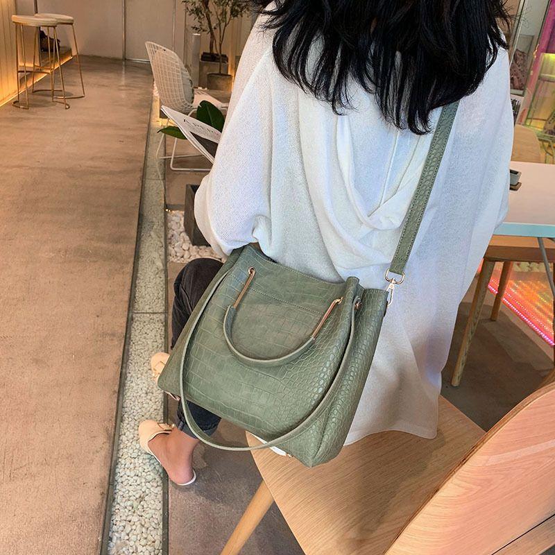 el bolso de hombro grande del bolso femenino 2020 nuevo estilo exterior populares capacidad femenina crossbody portátil ocasional