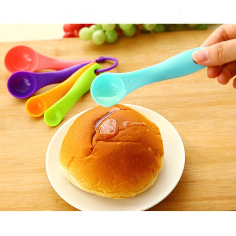 5pcs / set de medición colorido cucharas de plástico (1 / 2,5 / 5 / 7,5 / 15 ml) Medir Cuchara Azúcar Medir la cucharada de hornada de la torta de cucharas BH2977 TQQ