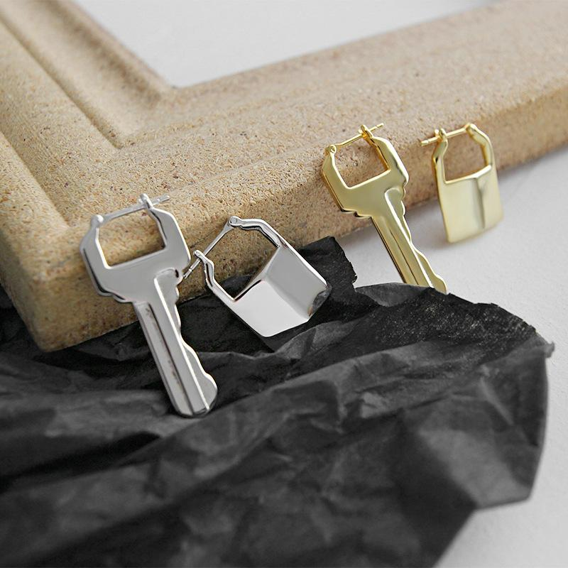 925 Sterling Silver Assimétrica Bloqueio E Chave Hoops Brinco Brinco De Ouro Pequena Geometria Ear Buckle Elegante Mulheres Brinco Todos Os Dias