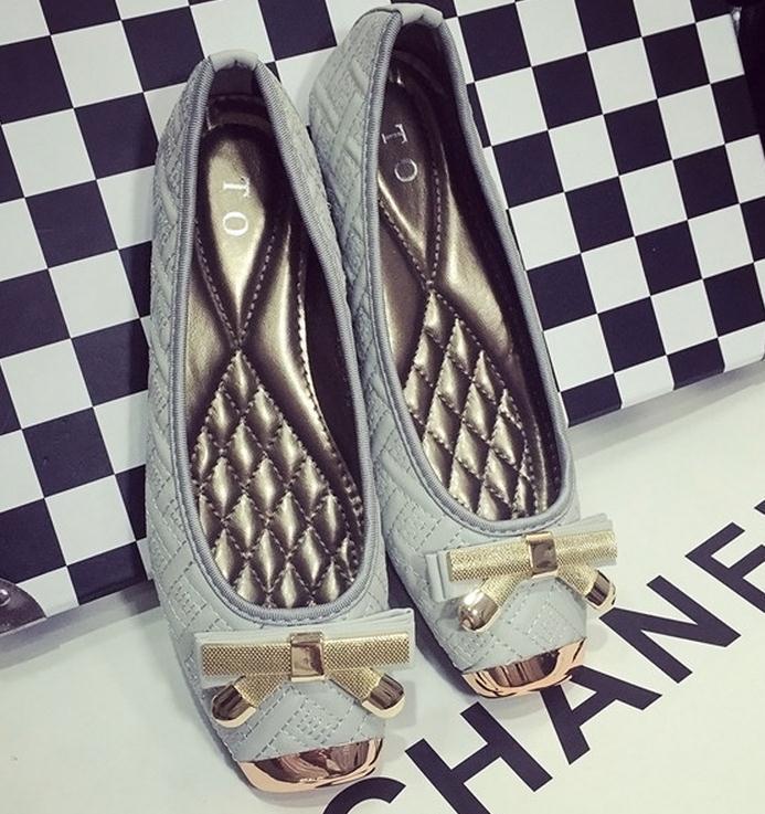Vente chaude-Europe aux États-Unis grand printemps nouvelle tête en métal à bout en acier à gorge profonde chaussures plates, chaussures à fond mou, entraîneur de chaussures pour femmes