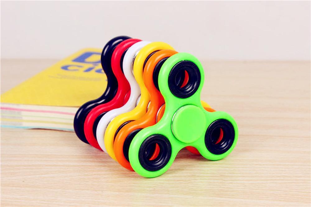 Stocks EDC HandSpinner Mão Fidget Spinner Spinner Mão Triângulo Tri Fidget Acrílico Bola plástico Desk Foco Toy DHL Dedo Spinning