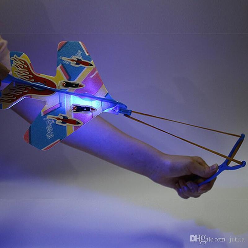 اللوازم الإبداعية المقلاع اللمعان طائرة الاطفال ضوء المتابعة اللعب في الهواء الطلق عيد ميلاد الحزب الوهج