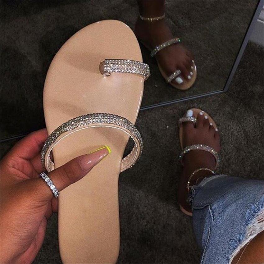 Nouveau strass brillant diamant pantoufles 2020 Femmes Chaussures diamant plat Sandales En Plein Air Plage Chaussures sauvage unique doigt Flip Flop PH-CFY20041631