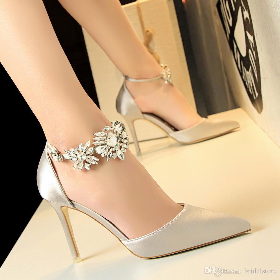 디자이너 여성 실버 웨딩 신발 실크 새틴 신부 블랙 로얄 블루 레드 하이힐 뾰족한 발가락 크리스탈 스트랩 댄스 파티 샌들 펌프