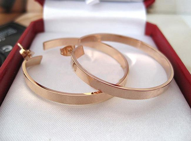 Оптово-Новая мода высокого качества Картер Любовь Женщины серьги стержня J Titanium сталь Винт для подарка Brand Design