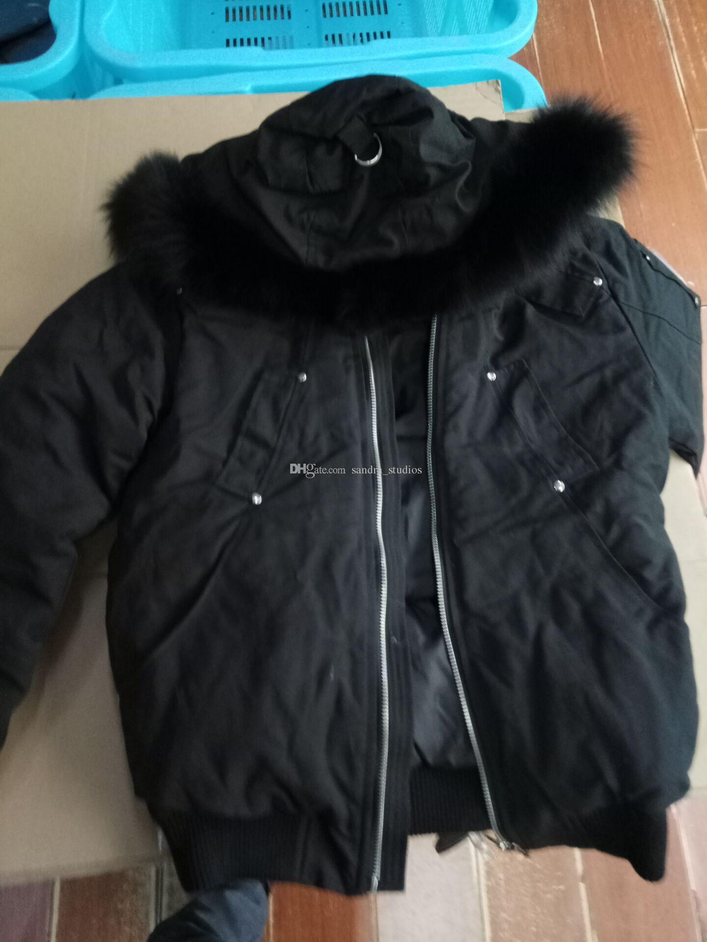 Immagine della spedizione reale Bomber balistico corto da uomo Giacca slim in vita con cappotti neri con collo in pelliccia di volpe nera con cappuccio @Sandra_studios