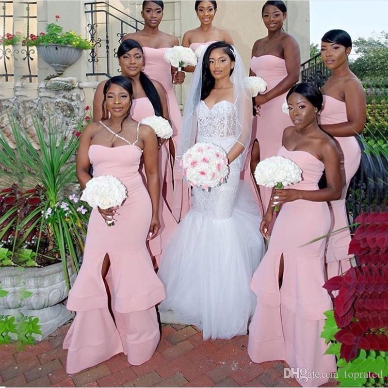 2020 저렴한 핑크 인어 저렴한 들러리 드레스 연인 프릴 전면 분할 긴 저녁 웨딩 게스트 드레스 플러스 사이즈