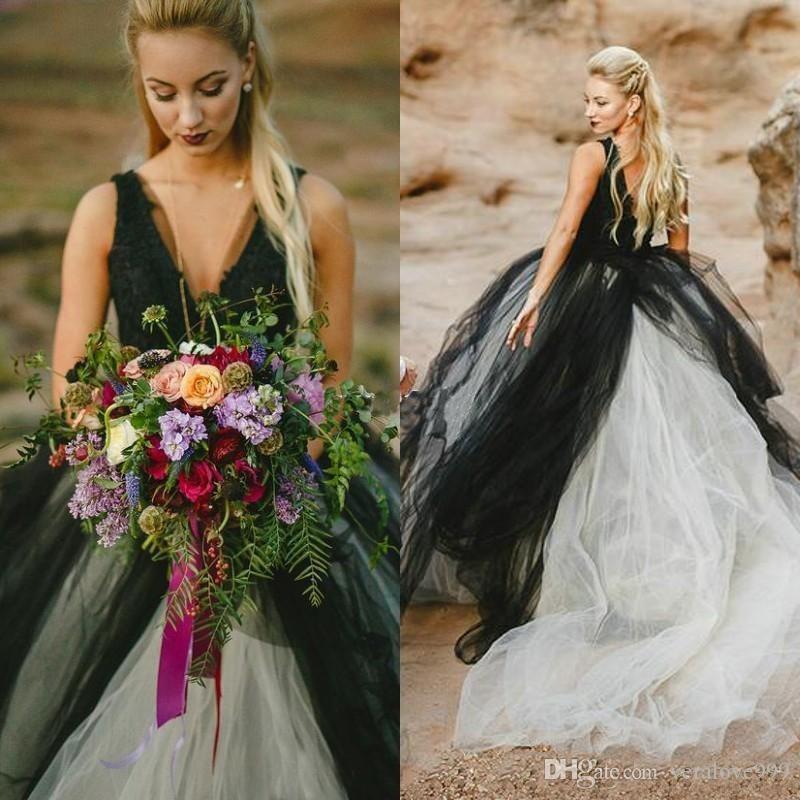 Einzigartige schwarze und weiße gotische Brautkleider tiefem V-Ausschnitt ärmellose Spitze Top Tüllrock Strand Brautkleider rückenfreie Braut Partykleider