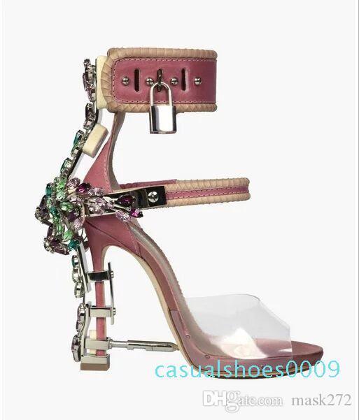 Sandalia Feminina Luxus Metall-Absatz-Kristall Designer Frau PVC Gladiator Sandalen Padlock Bejeweled Knöchelriemen Strass Sandale. c09