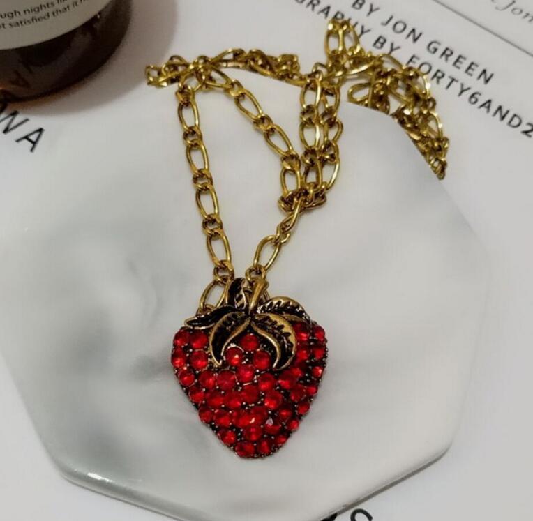 Fashion-barocco rete rosso stile retrò con la fragola collana personalità placcati in oro pantaloni a vita bassa lunga collana femminile