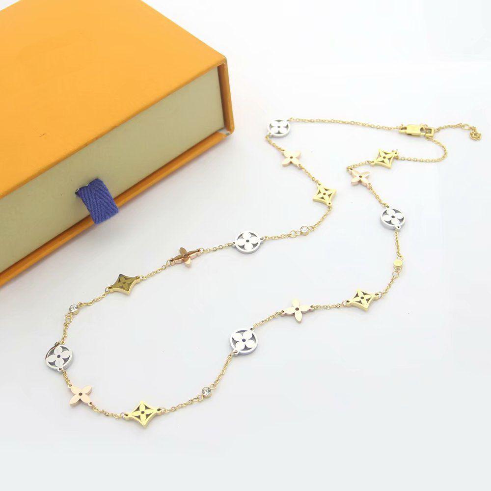 Nova Chegada de aço Moda Lady 316L Titanium 18K banhado a ouro colares longos Com Diamante V Letter escavar 15pcs de quatro folhas Flor Pingentes