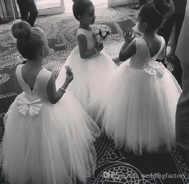 2019 vanlig design liten nacke ärmlös golvlängd blomma flicka klänning satin tulle communion klänning med härlig båge öppen tillbaka