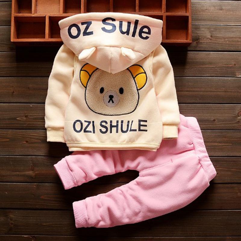 Kinder-Designerkleidung für Herbst und Winter-Modelle für Männer und Frauen werden können plus Samt Thick-Karikatur-Bär Dreiteilige koreanischen Baby-Anzug getragen
