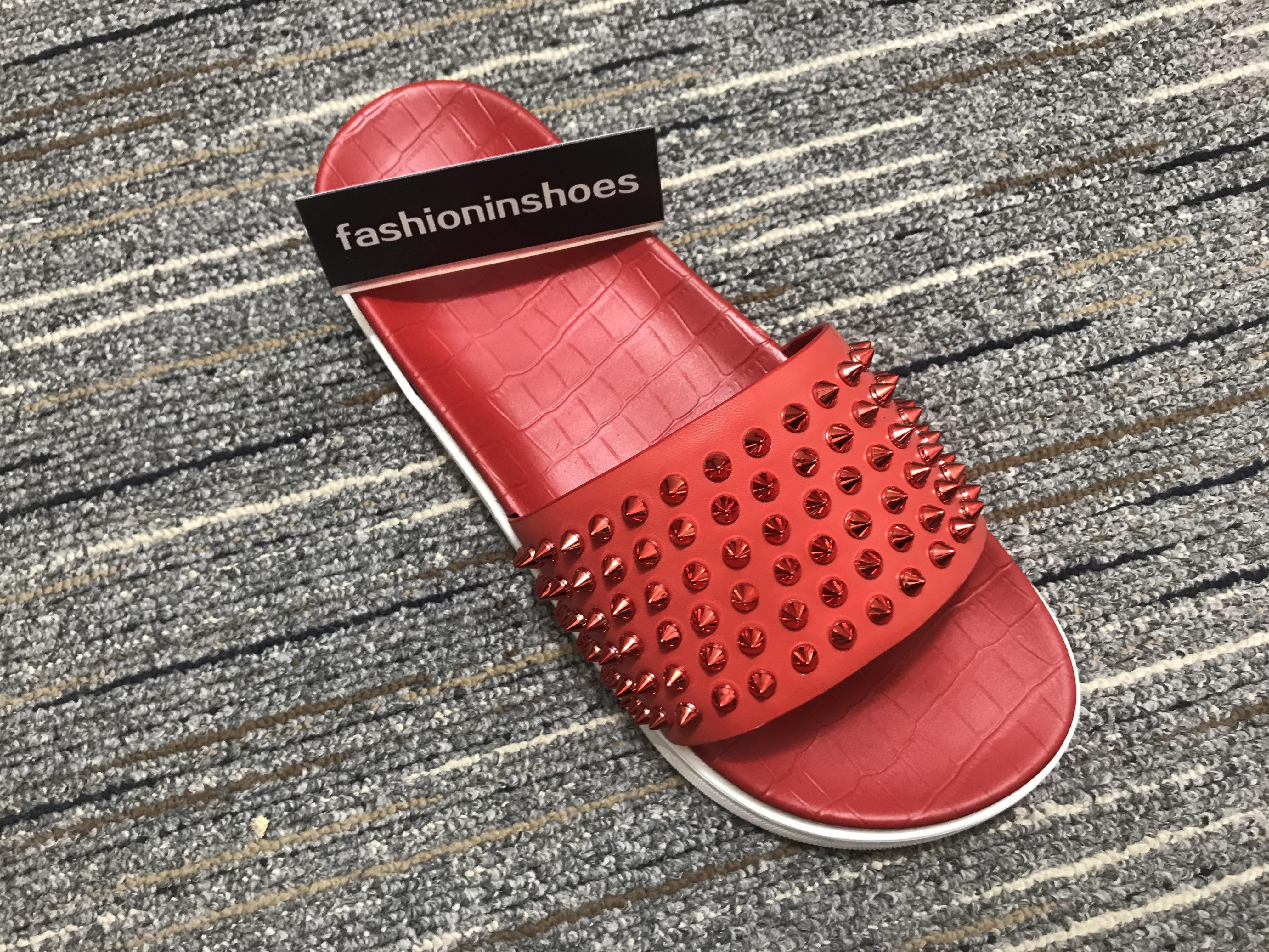 Hombres Zapatillas inferiores del rojo Pool Fun espárrago Spikes de lujo de diseño tirón de la playa Diapositivas marea del varón del cuero Inicio zapatillas antideslizante zapatos casuales para hombre