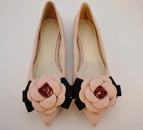 Heiße Art-Süße Schuhe Marke Stil Frauen Freizeitschuhe Kamelie Blumen Mischfarben flach Mund spitz flache Schuhe Dame einzigen Schuh
