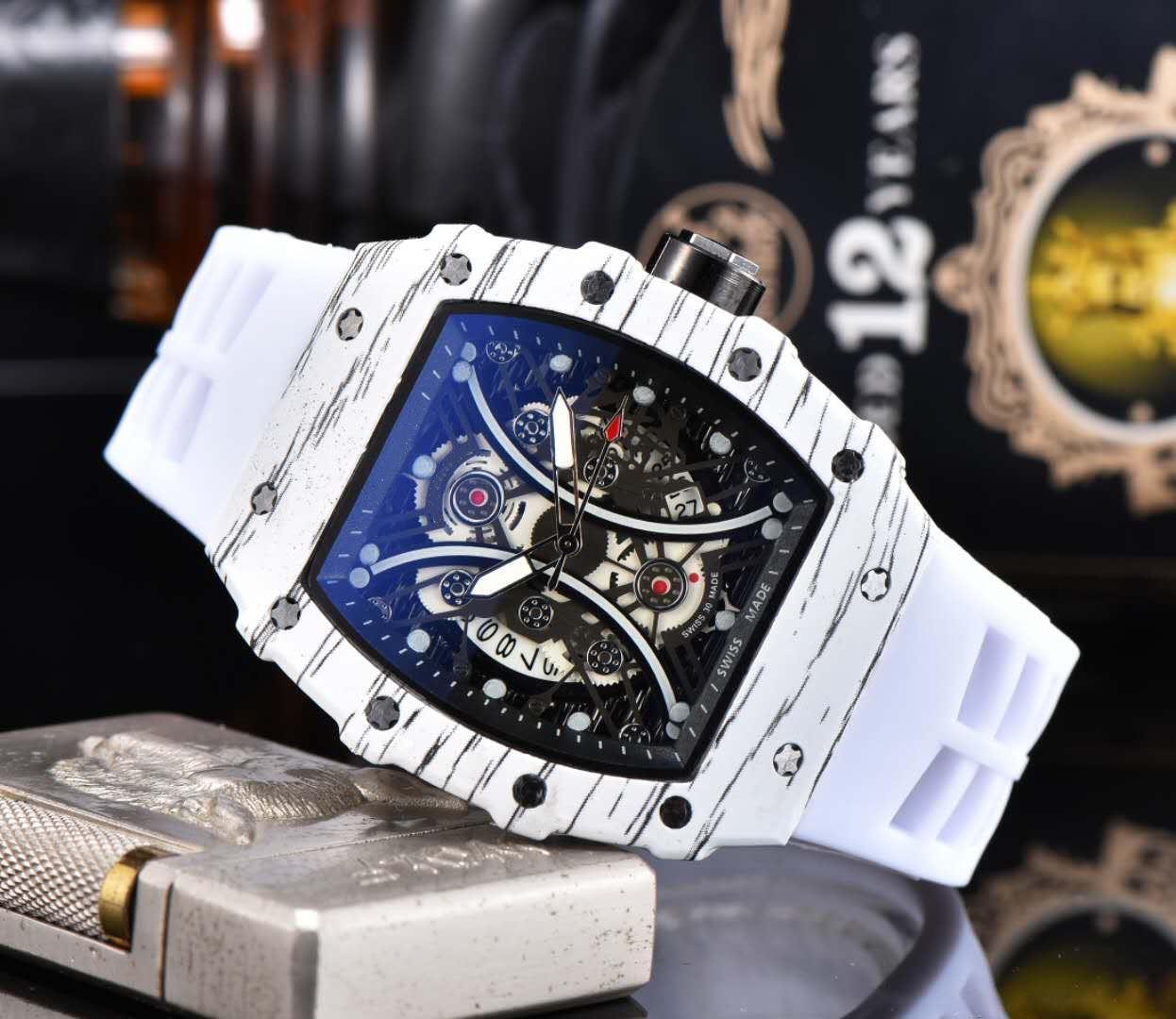 الساعات حركة جديدة كوارتز 2020 مصمم الأزياء الفاخرة الرجال ووتش الفولاذ المقاوم للصدأ العلامة التجارية مع الشريط المطاط ذكر الرياضة المعصم ساعة