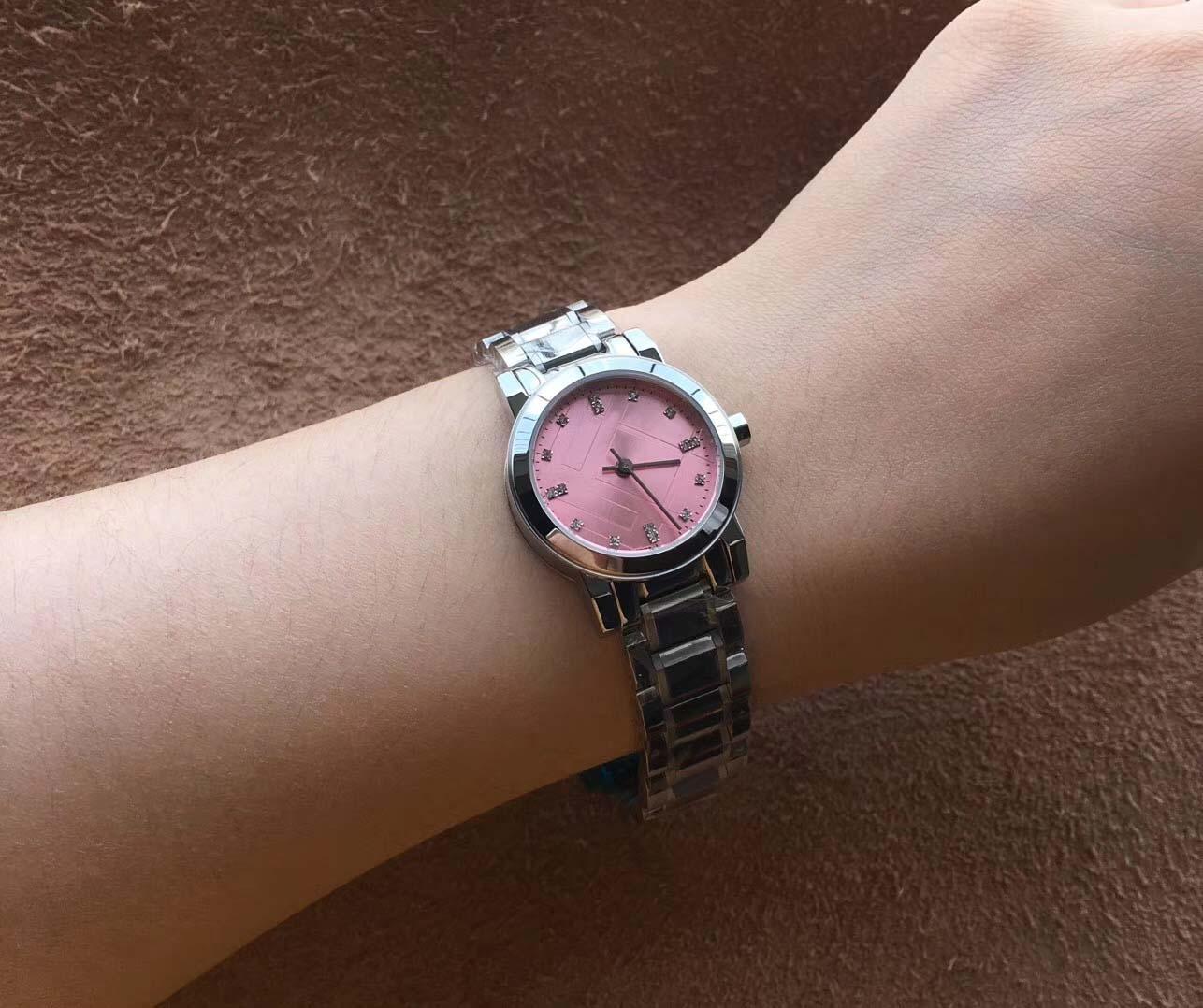 Mode 26MM Mesdames Montres Quartz Montre Femme Argent Bracelet en acier inoxydable Cadran Blanc Index Hour Marker
