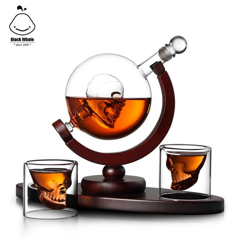 Neue heiße Verkaufsglaswhiskyflasche Schädelform Glasflasche mit Schädelschale und Holzrahmen Whiskey Dekantierset