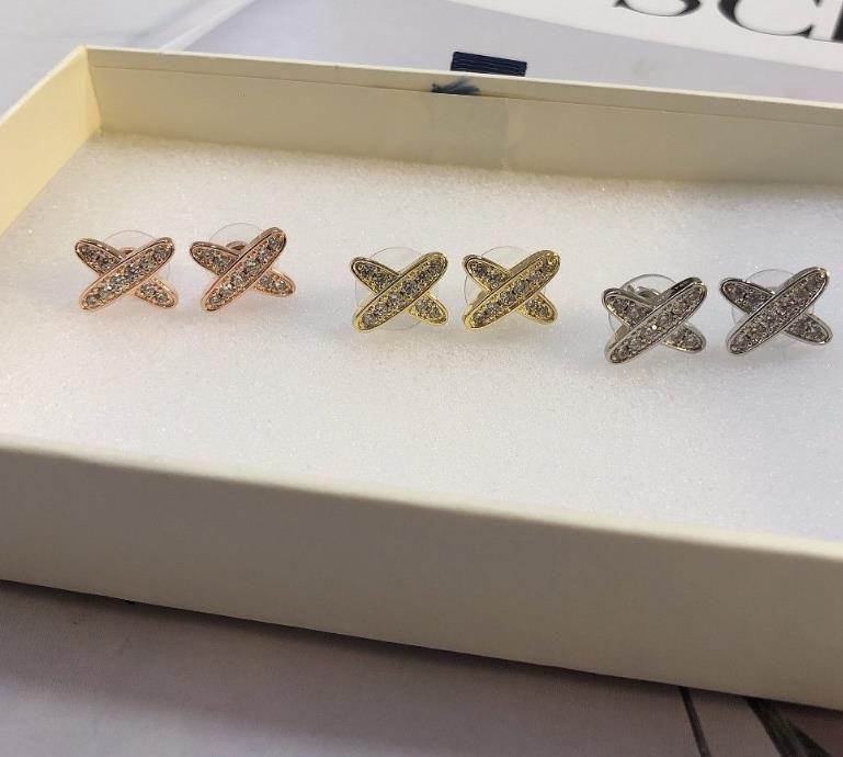 Новые полные бриллиантовые серьги доступны в трех цветах