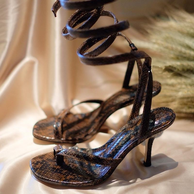 Abrigo de la serpiente del dedo del pie de las sandalias de 2020 nuevas llegadas pista Fahshion Europea Roma Zapatos tobillo de las mujeres del viento finos de los altos talón de los zapatos de 5 cm