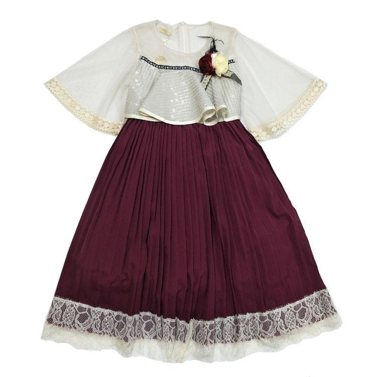 Duas peças vestido da menina elegante e bonita