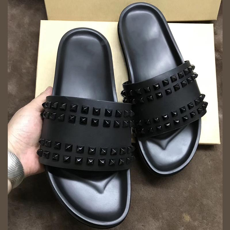 Diseñador de sandalias inferiores rojas zapatillas para hombre Negro cuero genuino con el tirón Spikes verano Fracasos de lujo del cuero sandalias planas suave Diapositivas CS10