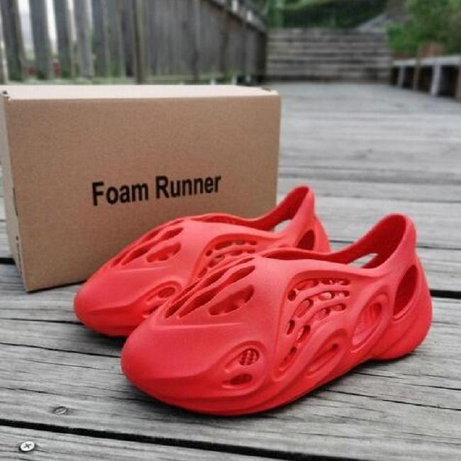 Enfants interphones pour bébé garçon Sexemara Kanye West pantoufles coureur de diapositives d'été de mousse de mode chaussures de plage eva slides chaussures d'injection