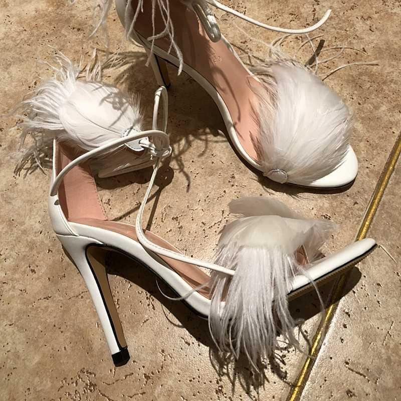 2020 Verão New Mulheres White Feather Sandals Gladiator com tira no tornozelo nupcial do casamento sapatos pretos Fina Salto Alto Sandalias Femmes