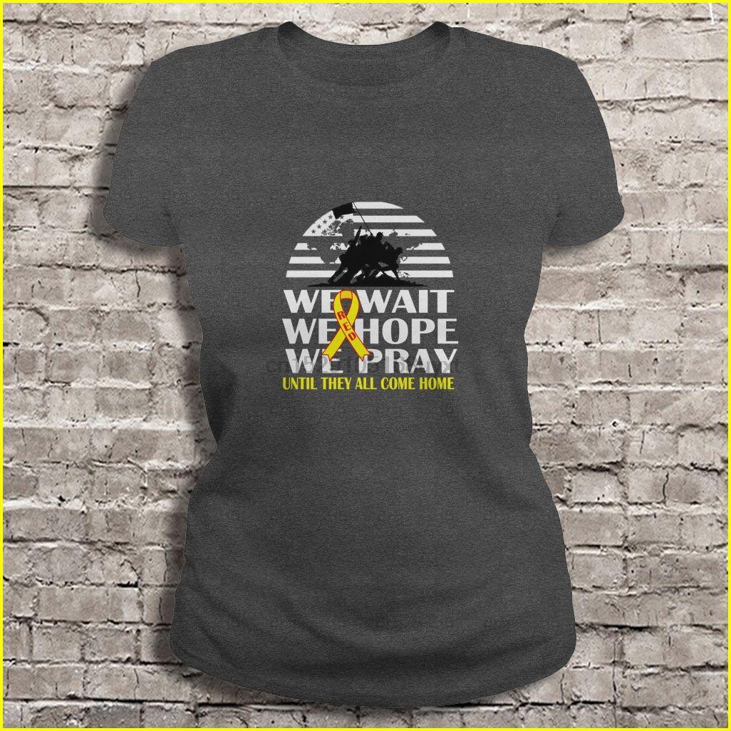Les hommes t-shirt Nous attendons nous espérons que nous prions tous jusqu'à ce qu'ils rentrent à la maison des femmes t-shirt