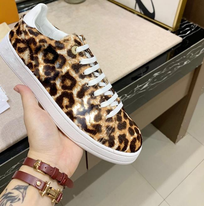 Nueva llegada de la manera mujeres de los hombres de los zapatos ocasionales de diseño del estampado leopardo de las zapatillas de deporte de alta superior zapatos de cuero genuino blanco flor clásica 35-45