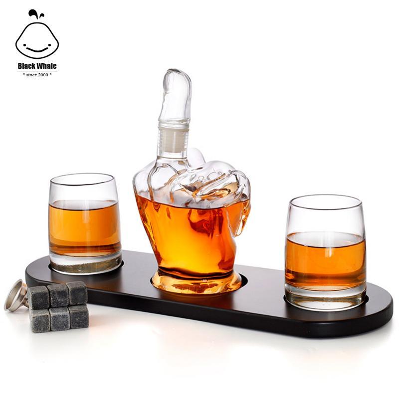 Nouvelle série de whisky de verre avec une bouteille en verre en forme de doigt du milieu avec deux coupe de cristal et l'armature en bois en tant que récipient en verre pour le vin