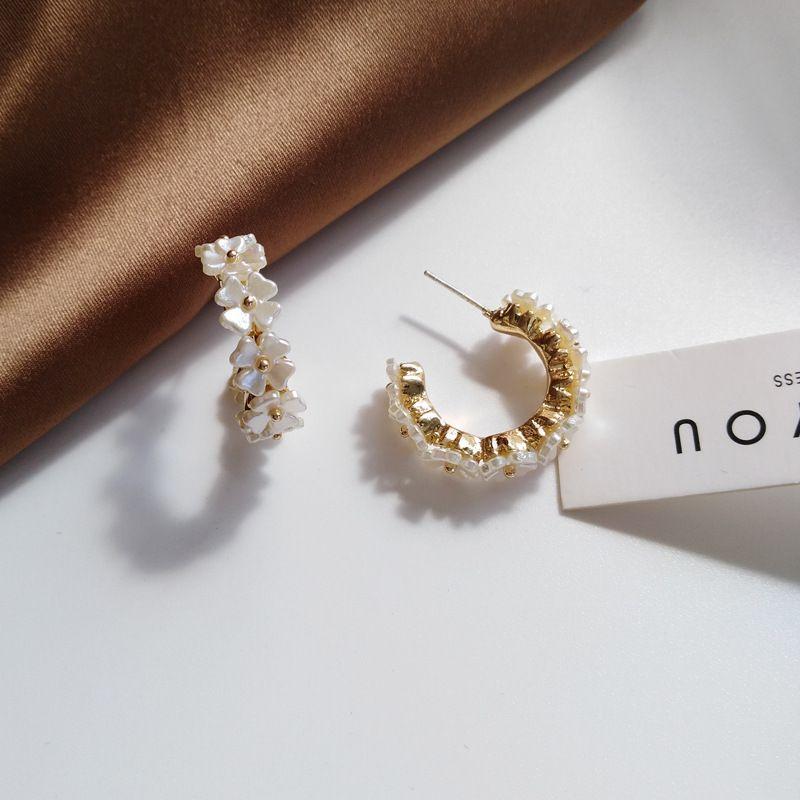 S925 aguja flor joyería de moda de oro Chapado de resina blanca pendientes del aro de las mujeres regalos de la muchacha del estudiante para el partido
