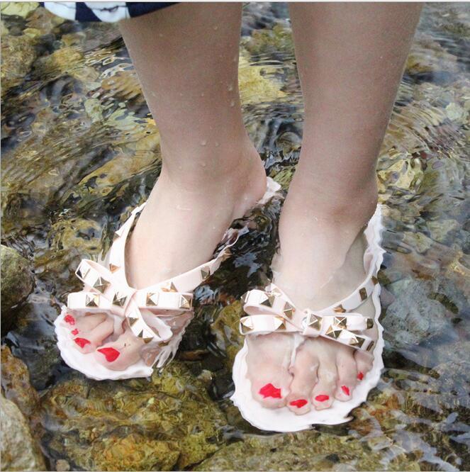 Yeni Yaz Kadın çevir Terlik Düz Sandalet Bow Perçin Moda Pvc Kristal Beach Ayakkabı CS07 Flops