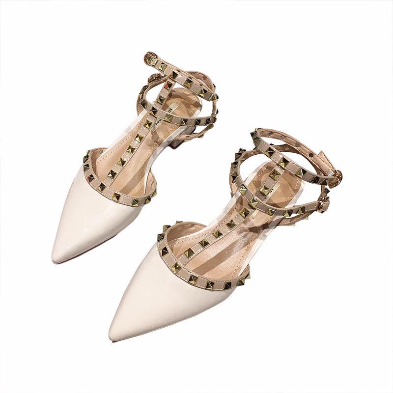 Sandálias de Verão de alta qualidade Rebites Sapato de bico fino Praia plana geléia Designers Sandals patentes