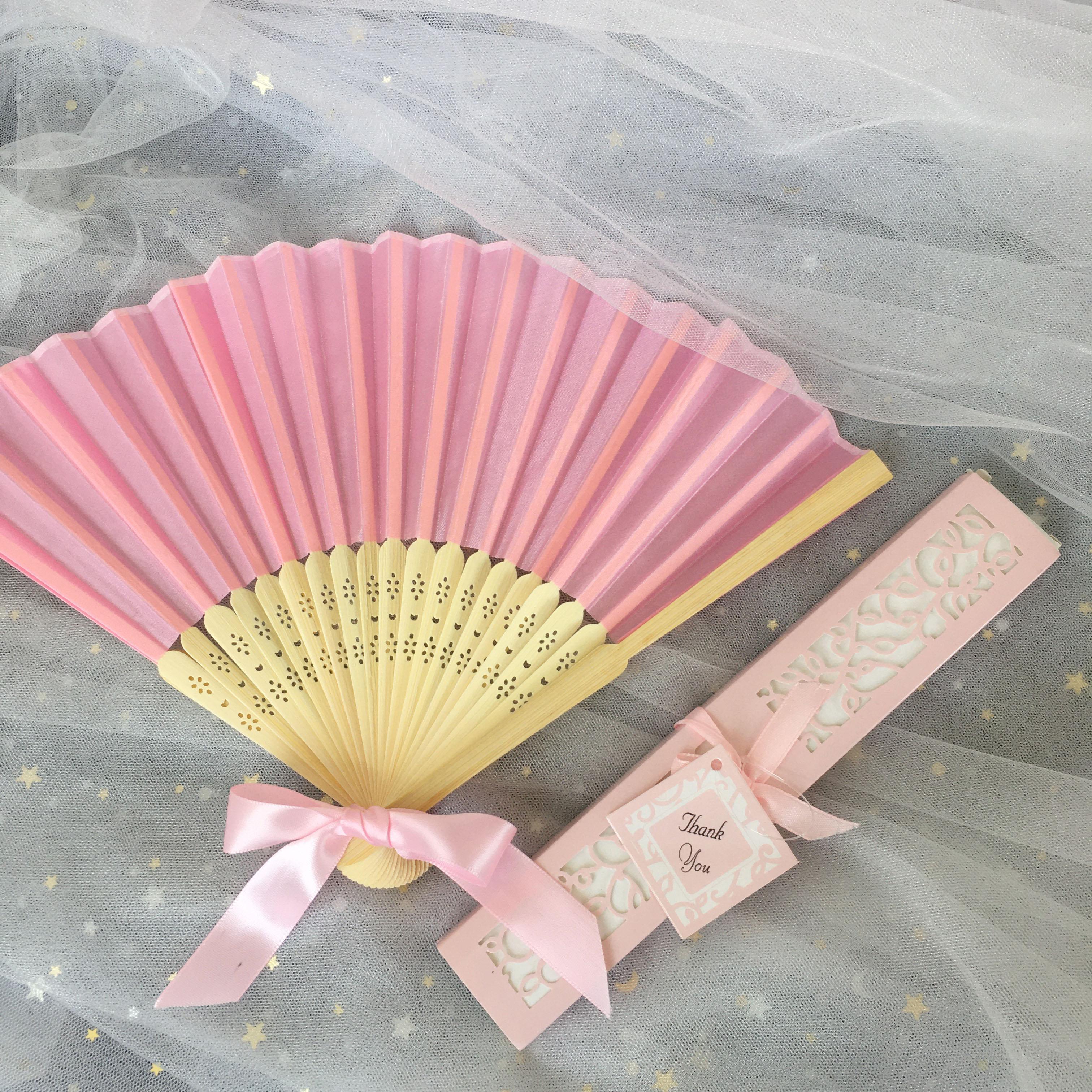 Персонализированные шелковые ручные вентиляторы с лазерными разрезными коробками Бесплатная доставка 50шт. Лот Свадебные благополучие Свадебный душ Сувенир
