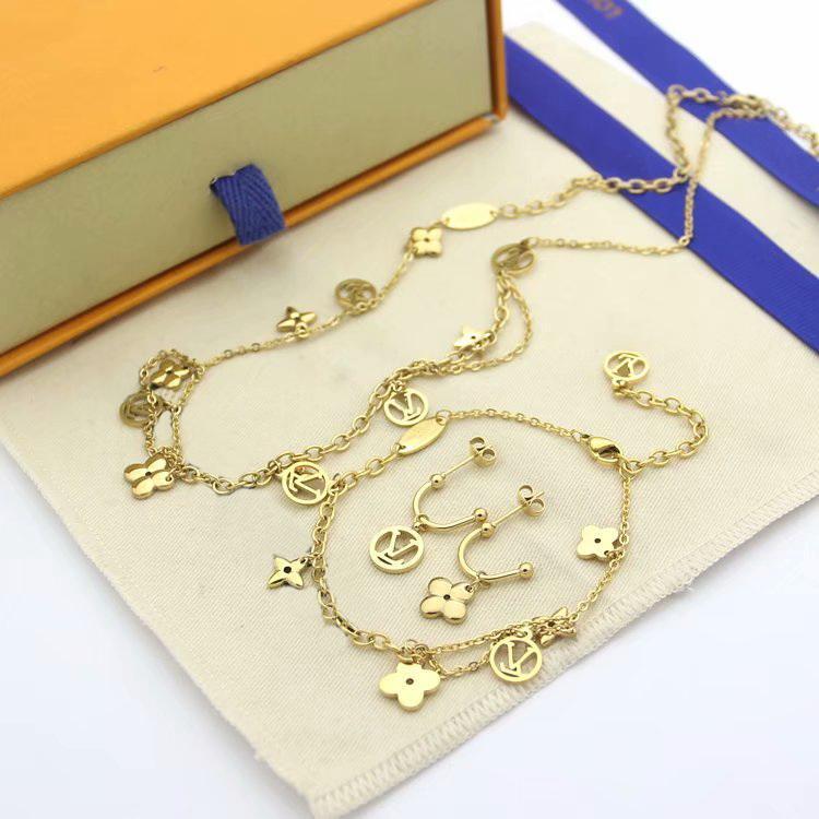 Europe Amérique Fashion Style Ensembles de bijoux Lady femmes Glands Beaucoup V Initiales à quatre feuilles Fleur Charm Bracelet Collier Stud Boucles d'oreilles Ensembles